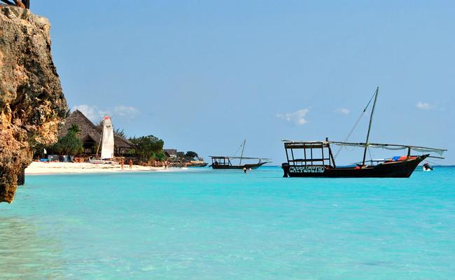Zanzibar : mer turquoise et sable fin